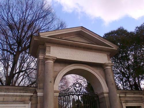 Inscripción latina del Real Jardín Botánico de Madrid