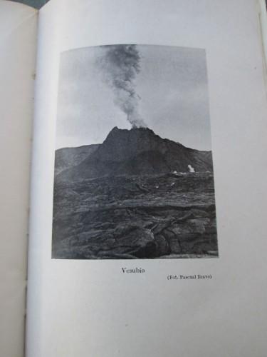 """Fotografía del Vesubio recogida en el libro """"Juventud sobre el mundo antiguo"""""""