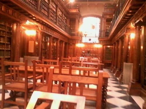 La acogedora y soberbia sala de lectura de la santanderina Biblioteca Menéndez Pelayo, por la mañana